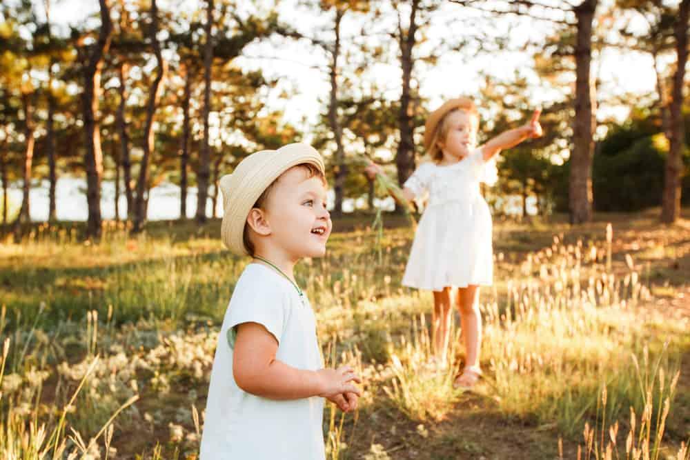 Kind wil niet buiten spelen; tips als hij het echt niet leuk vind en liever thuis zit - Mamaliefde.nl