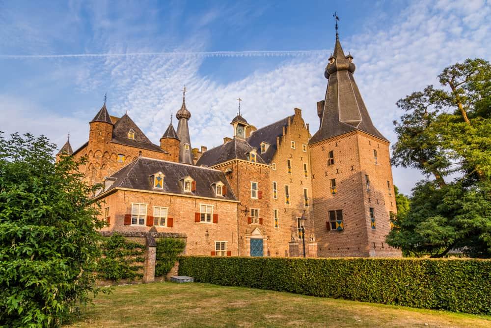 Kastelen Nederland; Top 10 leukste kastelen om met kinderen te bezoeken. Bijvoorbeeld voor een verjaardagsfeestje, speurtocht of om te overnachten! - Mamaliefde.nl