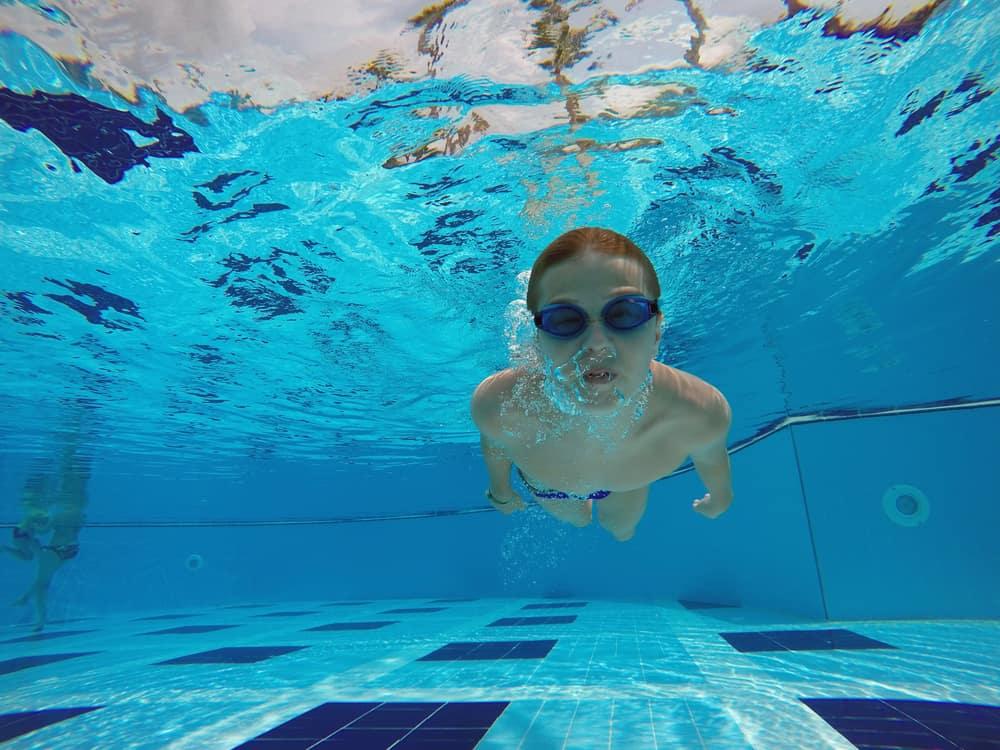 Zwemles; Wat is de ideale leeftijd om te beginnen en wat zijn de kosten? - Mamaliefde.nl