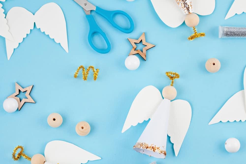 Zelf een kerststal maken of knutselen met figuren; van hout, silhouette of bijvoorbeeld kosteloze materialen. Zoals een kerststalletje met kribbetje. - Mamaliefde.nl