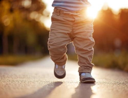 Je baby leert lopen; van hoofd optillen tot eerste stapjes
