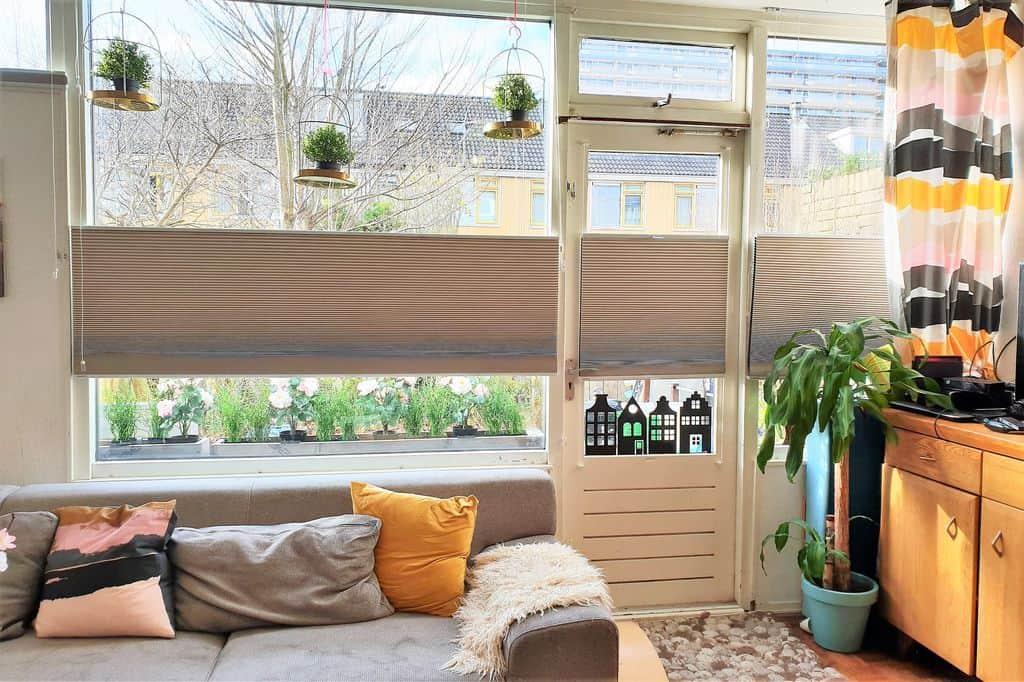Plissegordijn Helemaal Tijd : Kindvriendelijke raamdecoratie in de woonkamer; verduisterende