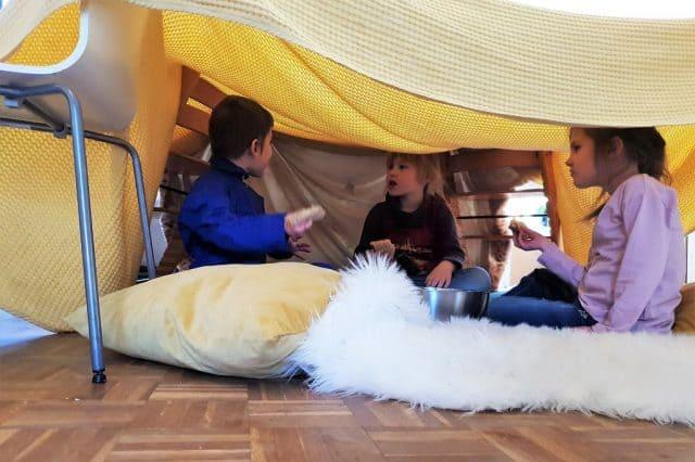 Tips om enorme tent te bouwen maken in huis met reuzenwasknijpers - Mamaliefde.nl