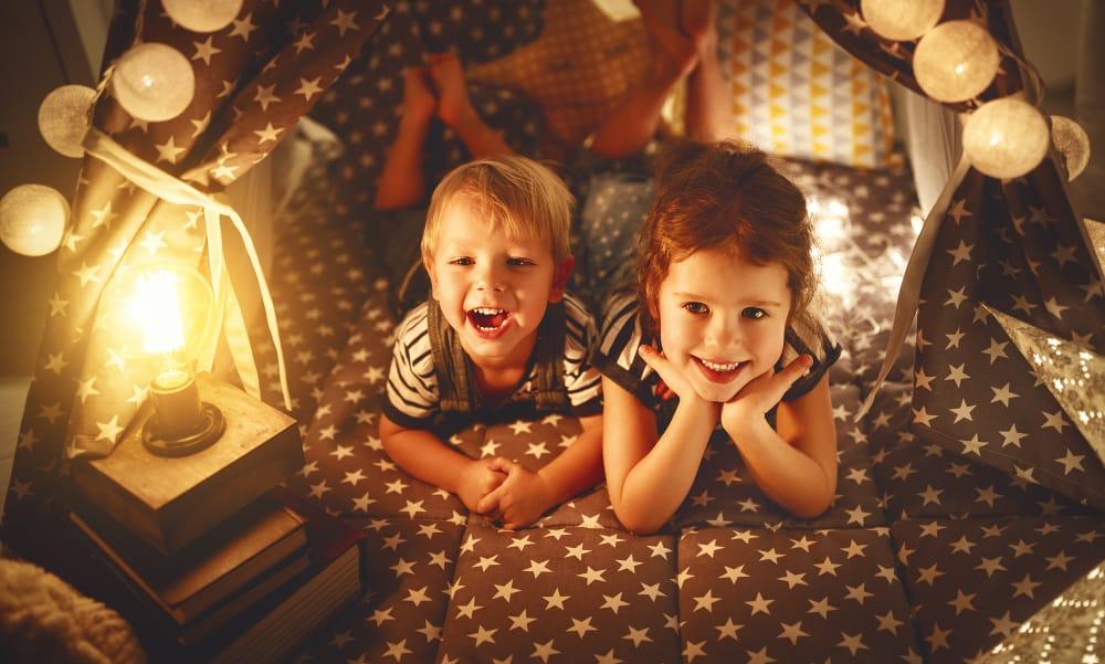 Tips tent bouwen kind in woonkamer met reuzewasknijpers - Mamaliefde.nl