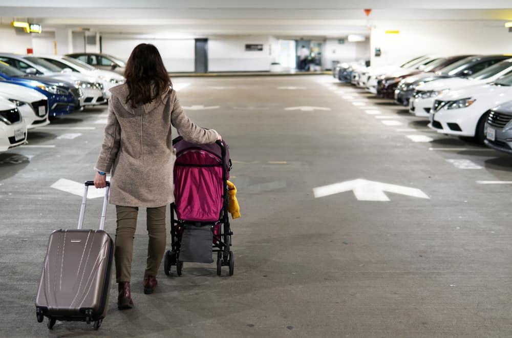 Tips goedkoop auto parkeren vliegveld; Schiphol & Eindhoven - Mamaliefde.nl