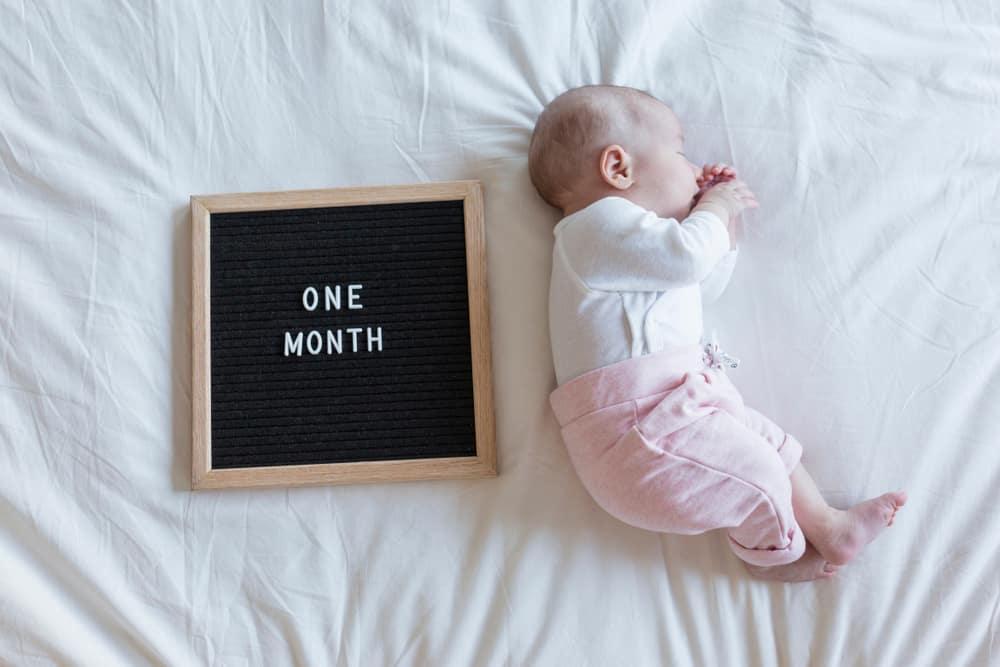 Babykleding Eerste Kerst.Ontwikkeling Baby 1 Maand Van Laten Huilen Tot Spelen Eerste Maand