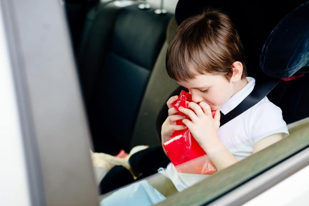 Wagenziekte of reisziekte; wat kan je er aan doen behandeling zoals bandjes? - Mamaliefde.nl
