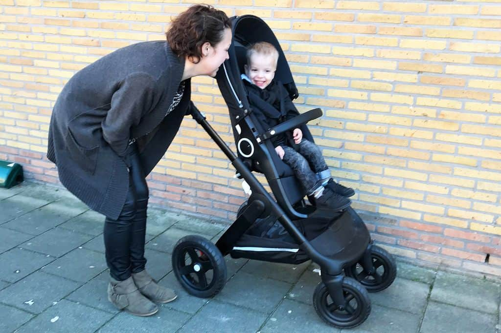 Stokke Trailz review met reiswieg en zitje - Mamaliefde.nl