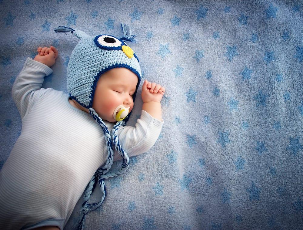 Slaapkleding baby; aankleden / wat dragen voor slapen bij warm / koud weer - Mamaliefde.nl