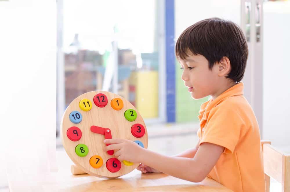 Leren klokkijken oefenen; uitleg digitaal en analoge klok en spelletjes oefeningen- Mamaliefde.nl