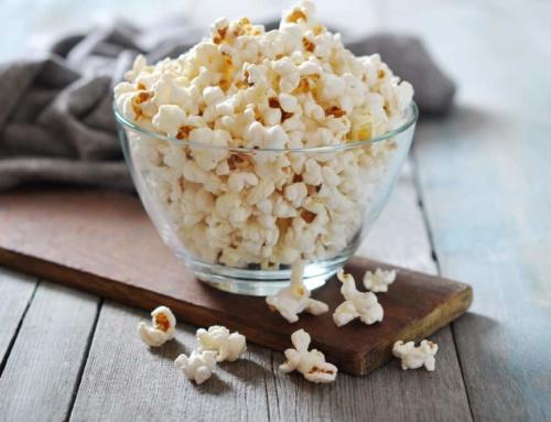 Popcorn maken van mais in magnetron, pan of popcorn maker. Zoet, zout, gekleurd of traktatie