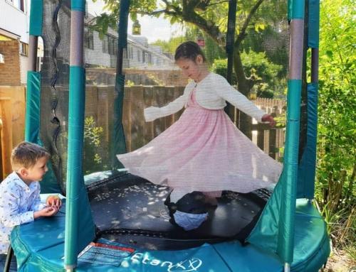 Trampoline springen; grove motoriek stimuleren maar dan lekker in de buitenlucht