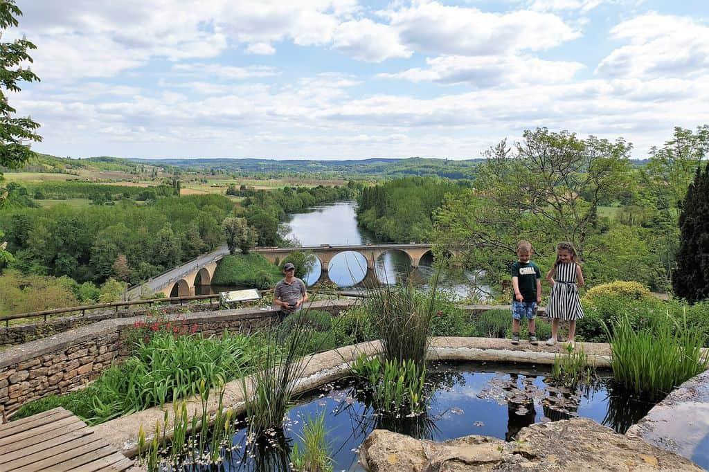 Dordogne met kinderen wat te doen; Kindervakantie met uitjes van kanoën tot bezienswaardigheden en activiteiten in de Perigord Van kano tot zwemmen en van grotten en kastelen tot leukste dorpjes zoals Perigeux. - Mamaliefde.nl