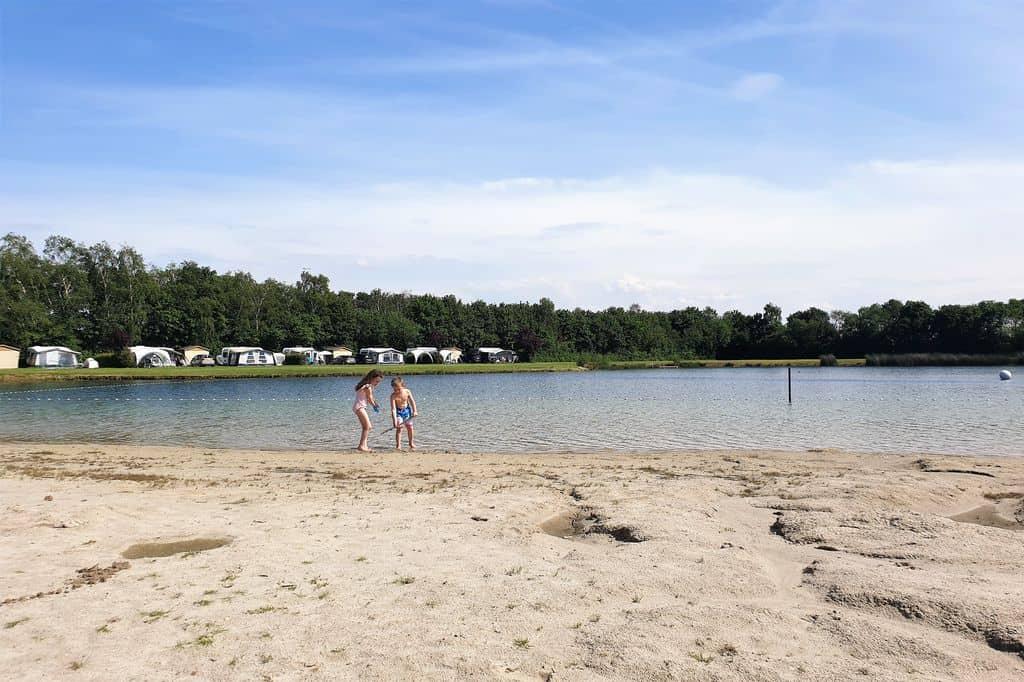 Recreatiepark Camping de Achterste Hoef in Brabant, overnachten in een safaritent. Ervaringen met zwembad, zwemmeer tot recreatieprogramma vlakbij de Belgische grens - Mamaliefde.nl