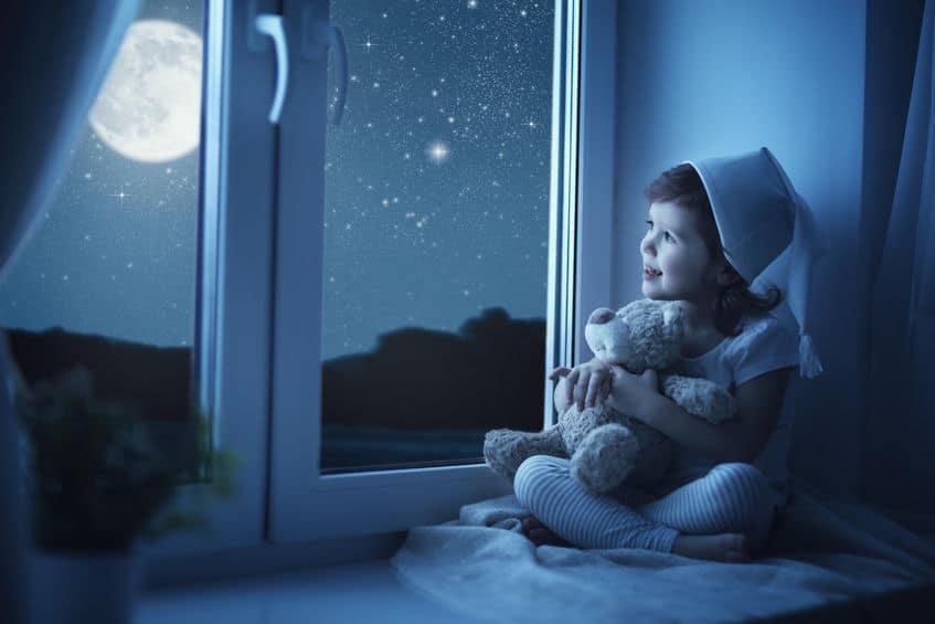 Tips slapen hittegolf; van ramen open met warm weer tot verduisterende gordijnen - Mamaliefde.nl