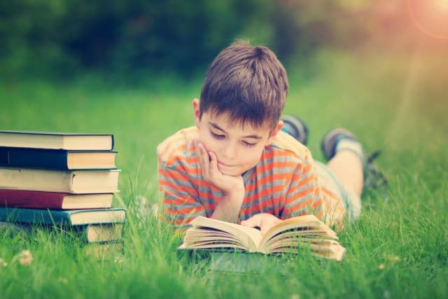 Lezen stimuleren om kind sneller te leren lezen en tempo verhogen ook tijdens vakantie - Mamaliefde.nl
