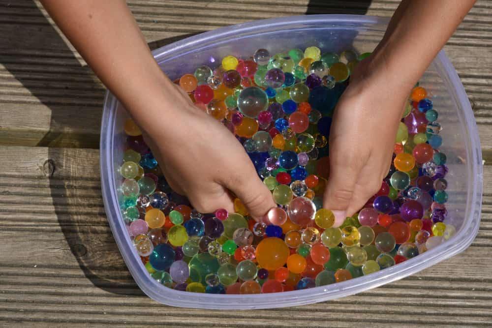 Sensopatisch spelen met waterballetjes - Mamaliefde.nl