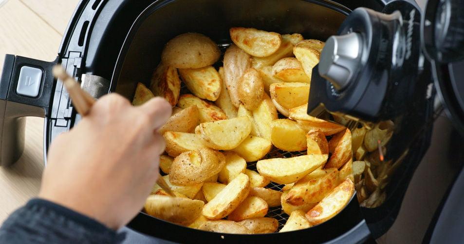 Airfryer recepten; Kinderrecepten, snacks, broodjes en maaltijden zoals bruchetta, kipspiesjes, eiermuffins, frikandelbroodjes, ham kaas broodjes, kip stromboli, kip nuggets, zalm, gegrilde groenten, patatjes, loempiataart en lavacakejes - Mamaliefde.nl