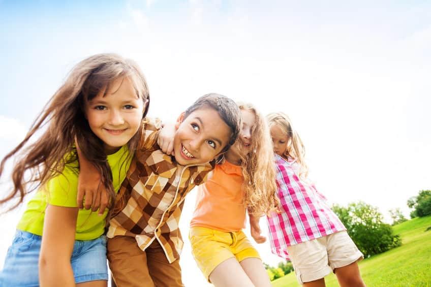 Vriendjes maken; vanaf welke leeftijd en wat als je kind geen vrienden heeft en niet populair is op school of juist vriendjes claimt - Mamaliefde.nl
