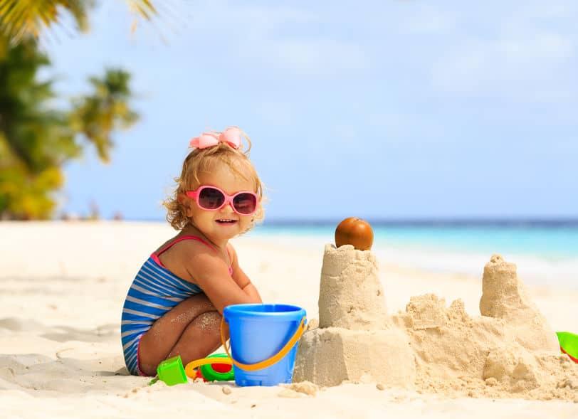 Het leukste zandbak / strand speelgoed; van graafmachine tot emmertje en schepje - Mamaliefde.nl