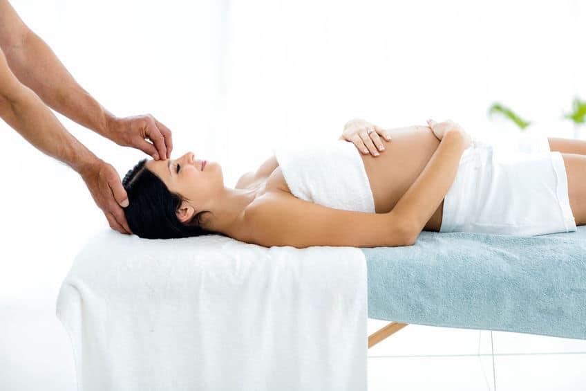 Zwangerschapsmassage; ontspannen tijdens de zwangerschap. Handige tips, informatie wanneer en drukpunten vermijden. - Mamaliefde.nl