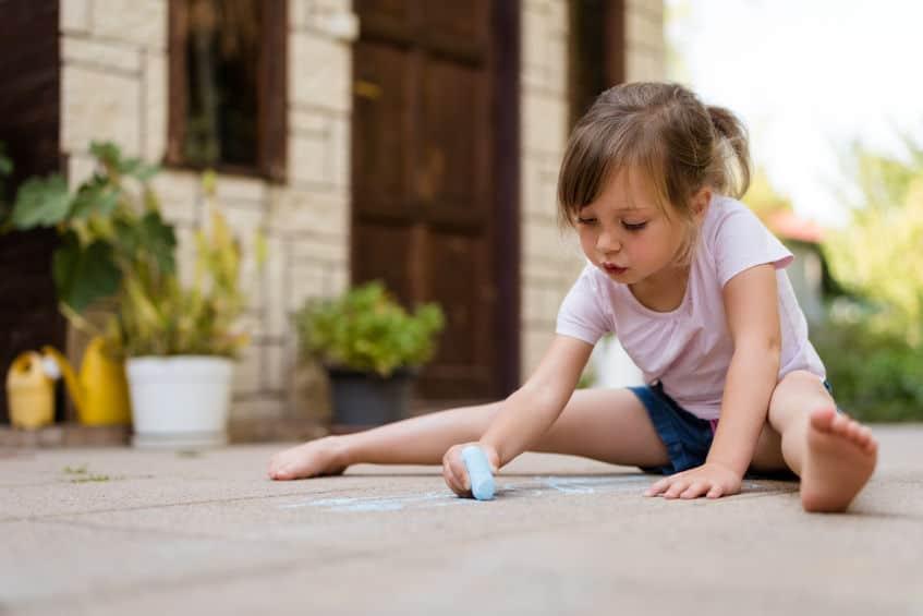Stoepkrijt: tekeningen voorbeelden, spelletjes en ideeën voor buiten en tips om zelf stoepkrijt te maken. En overzicht soorten zoals spray en sjablonen - Mamaliefde.nl