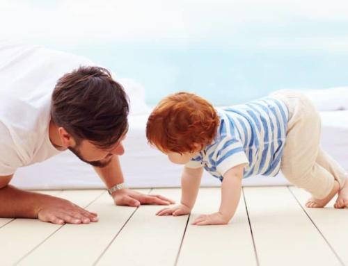 Baby ontwikkeling grove motoriek; van omrollen, tijgeren, kruipen, zitten, staan en lopen