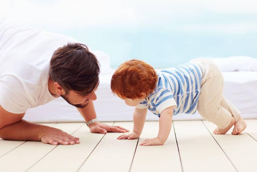Welke leeftijd / wanneer gaat je baby kruipen? Inclusief tips en spelletjes om het leren en oefenen te stimuleren - Mamaliefde.nl