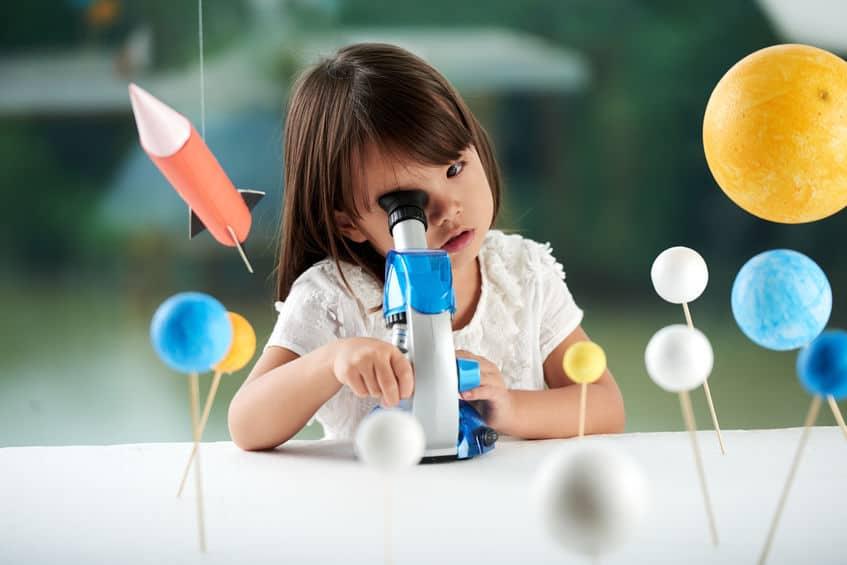 itdagend speelgoed om hoogbegaafde kinderen te stimuleren en bezig te houden thuis. Van gezelschapsspellen tot wetenschappelijk steam speelgoed - Mamaliefde.nl