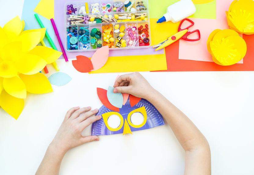 Masker maken; carnaval masker knutselen met kinderen van papier, kartonnen bordjes tot vilt - Mamaliefde.nl