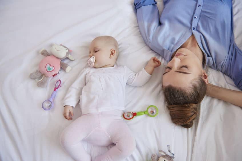 Samen slapen; veilig met je baby in 1 bed van houding tot verschil co-sleeping en rooming-in - Mamaliefde.nl