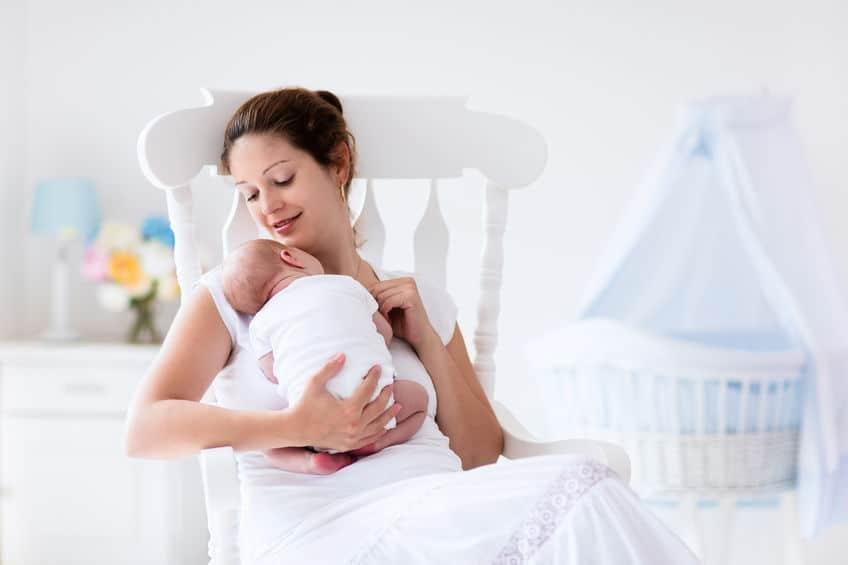 Hoe lang mag een baby slapen zonder voeding / hoeveel tijd tussen twee voedingen / wanneer wakker maken? - Mamaliefde.nl