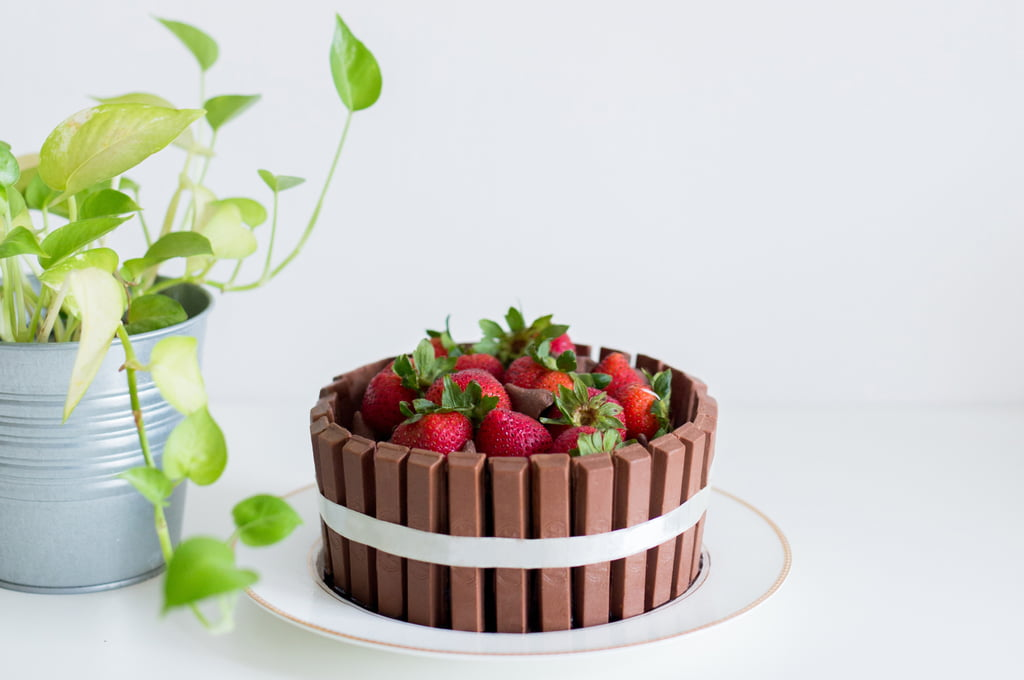 Recept KitKat taart & voorbeelden. Ook met witte, roze en matcha Kitkat en cupcakes / fudge - Mamaliefde.nl