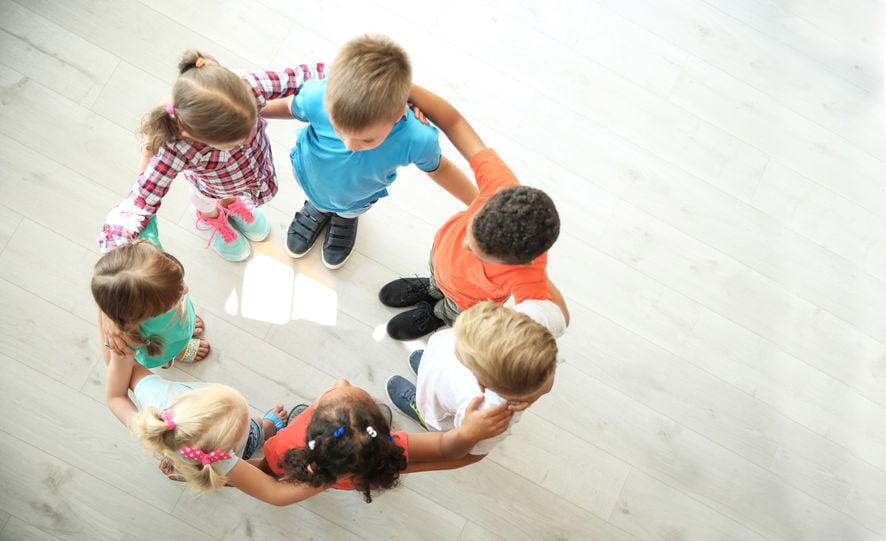 Sociale en emotionele ontwikkeling kindren van baby's, peuters en kleuters; diverse voorbeelden van de verschillende fasen - Mamaliefde.nl