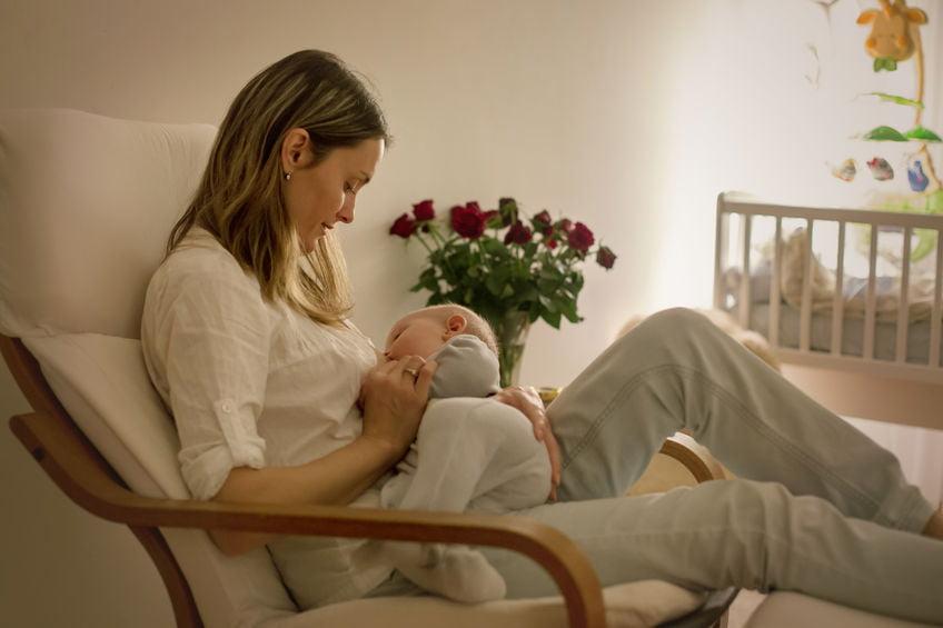 Nachtvoeding baby tips geven tot wanneer afbouwen of overslaan droomvoeding - Mamaliefde.nl