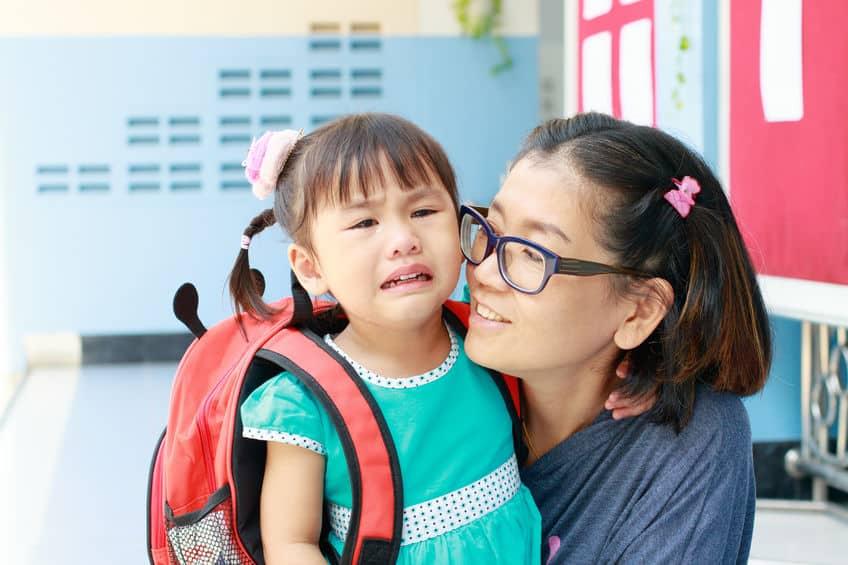 Tips wat te doen als je kind moeite heeft bij afscheid en verdrietig is / huilend achterlaten op school of opvang - Mamaliefde.nl