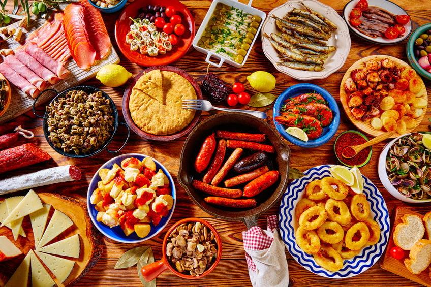 Tapas recepten; warm en koude hapjes, gerechten met vlees, vis en vegetarisch voor een gezellige avond. Van kipspiesjes tot tortilla en patatas bravas. - Mamaliefde.nl