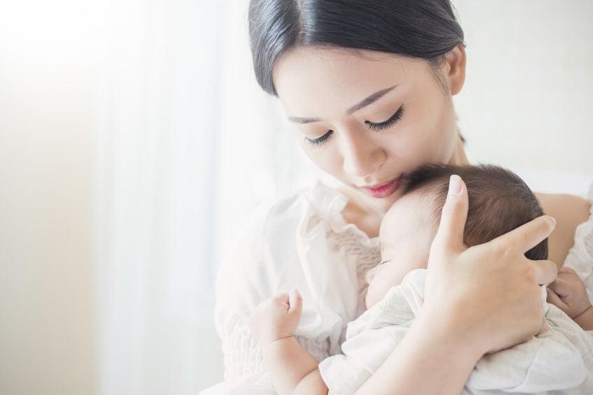 Oxytocine; knuffelhormoon dat je laat binden met kind tijdens zwangerschap, bevalling en borstvoeding en mannen - Mamaliefde.nl