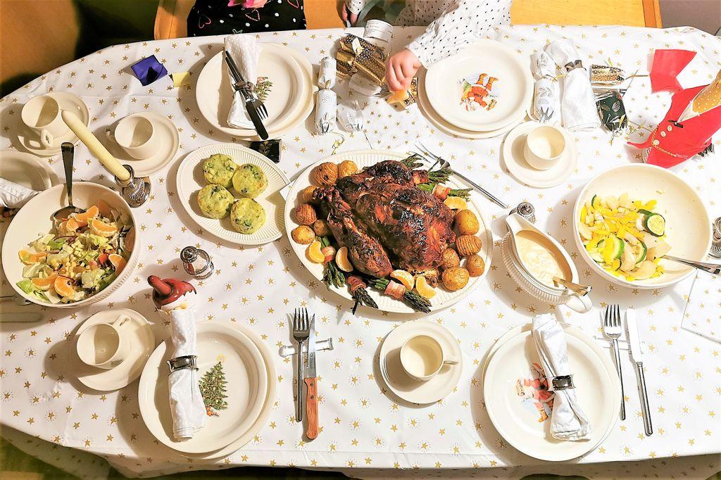Gevulde kalkoen kerstdiner; traditionele bijgerechten met groenten, aardappelen en saus.tips voor bestellen zodat je alleen nog hoeft te braden en recepten voor compleet menu met - Mamaliefde.nl