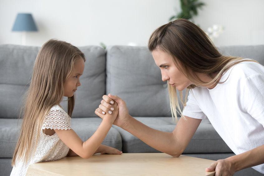 13 lessen die je leert tijdens het opvoeden van je peuter; tips en valkuilen om te voorkomen bij je 2/3 jarige als hij moeilijk gedrag vertoond of dwars lig. - Mamaliefde.nl