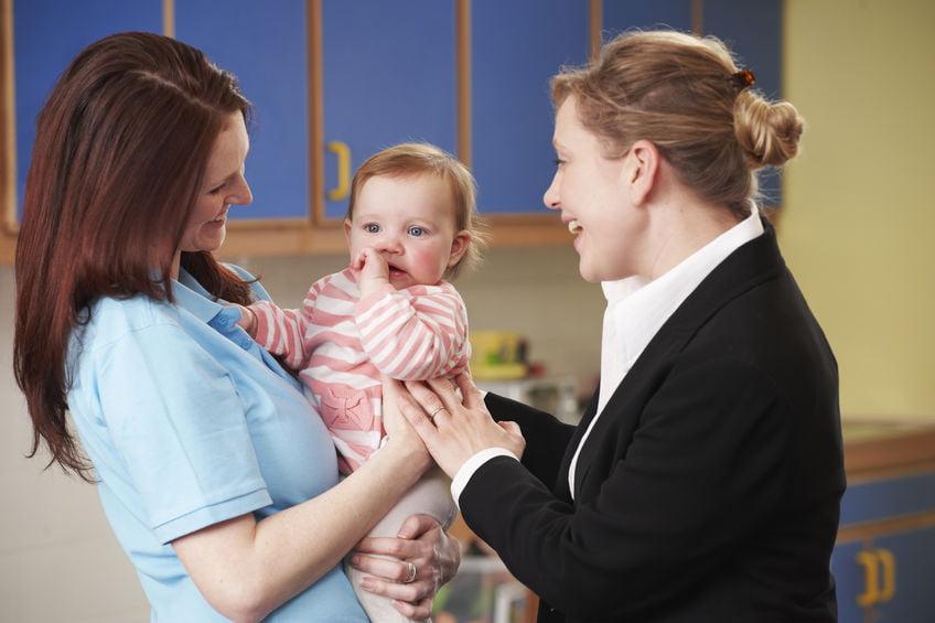 Eerste keer baby naar kinderdagverblijf; tips kind voorbereiden kinderopvang met wennen of van slag en wat meenemen- Mamaliefde.nl