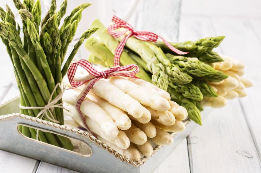 Asperges recepten met het witte goud. Groene asperges uit de oven, traditioneel met ham of anders met roze of paarse asperges. - Mamaliefde.nl