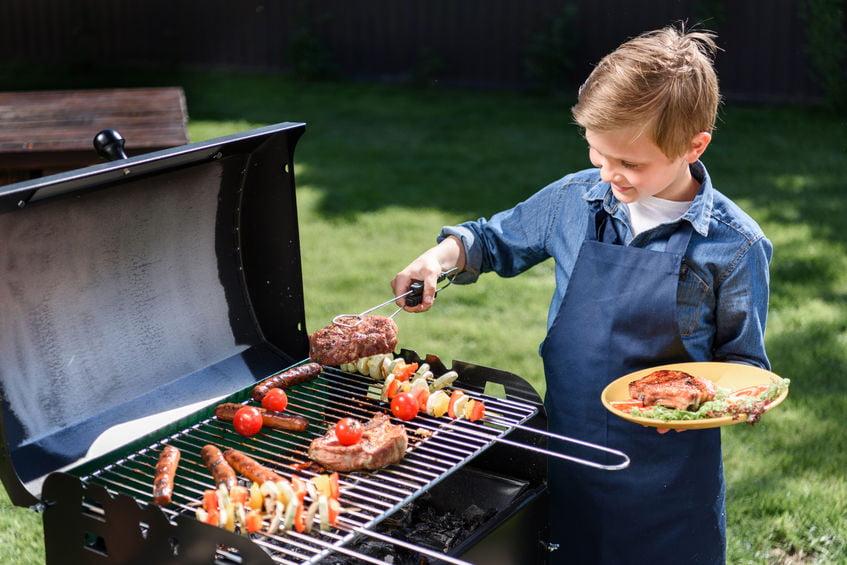 Kinder BBQ; kindvriendelijke recepten zoals spiesjes met vlees en groenten maar ook bijgerechten, desserts en drankjes.- Mamaliefde.nl