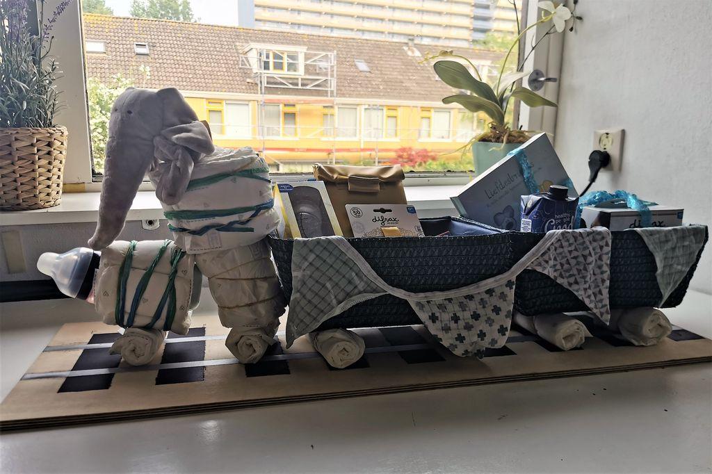 DIY zelf een luiertaart /kraammand met cadeautjes maken in treinvorm- Mamaliefde.nl