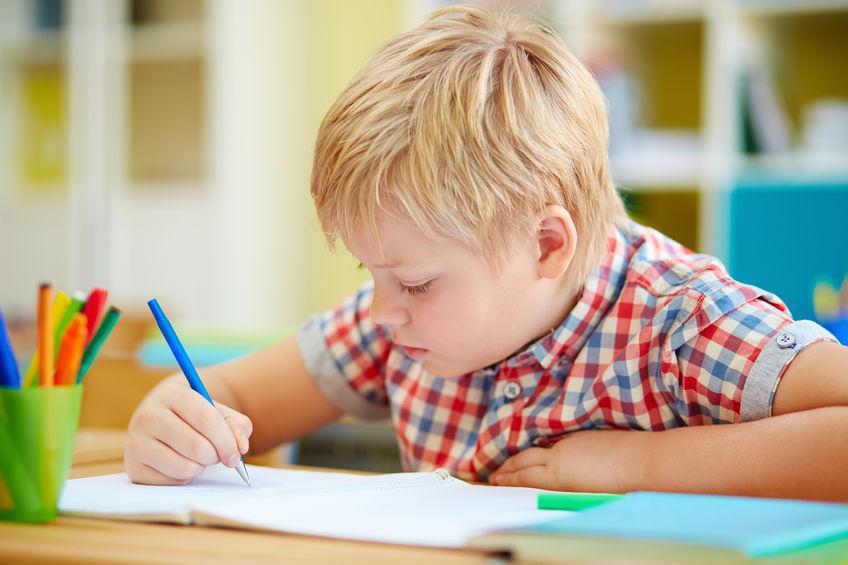Leren schrijven; tips om te oefenen met oefeningen van blokletters en schrijfletters aan elkaar voor groep 2 en 3. Inclusief welke pen, handige hulpmiddelen en tips. - Mamaliefde.nl