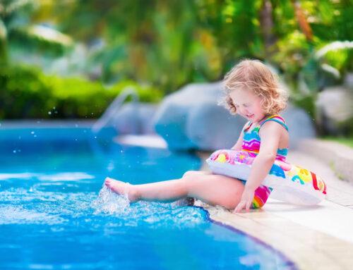 Drijfmiddelen voor jonge kinderen; van zwemvest tot zwempak met drijvers