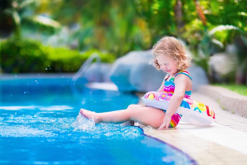 Drijfmiddelen voor jonge kinderen; van zwemvest tot zwempak met drijvers. Peuters kleuters tijdens zwemles of in zwembad - Mmalaiefde.nl