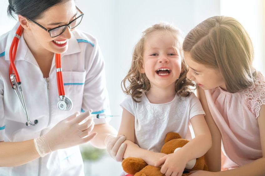 Vaccinaties op reis buitenland; Welke inentingen worden geadviseerd met kind of baby. Van tropische tot verplichte vaccinaties. - Mamaliefde.nl