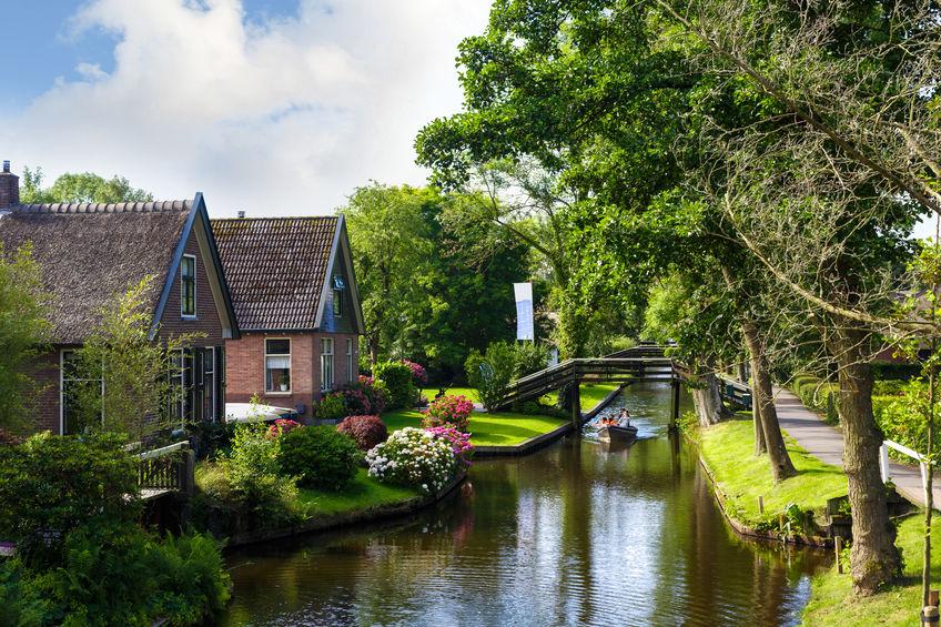 Giethoorn Venetië van het noorden; Van ervaringen met het varen in een gehuurde fluisterboot tot museum en de Weerribben - Mamaliefde.nl