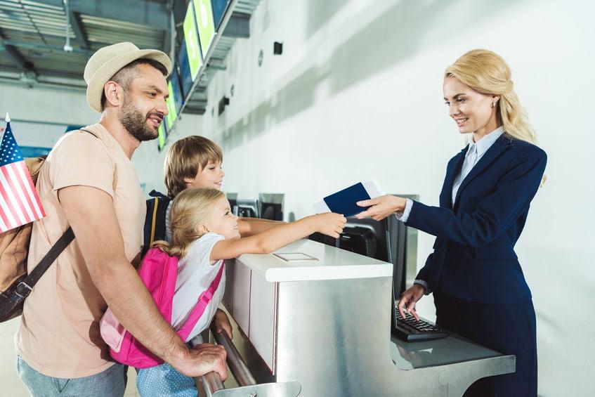Paspoort of identiteitskaart voor je kind? Hoe zit het met kosten, geldigheid, foto maken en toestemming ouders - Mamaliefde.nl